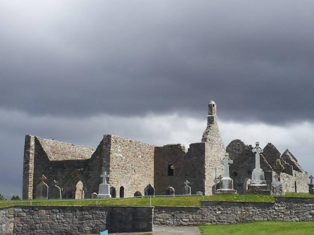 cielo plumbeo su Clonmacnoise