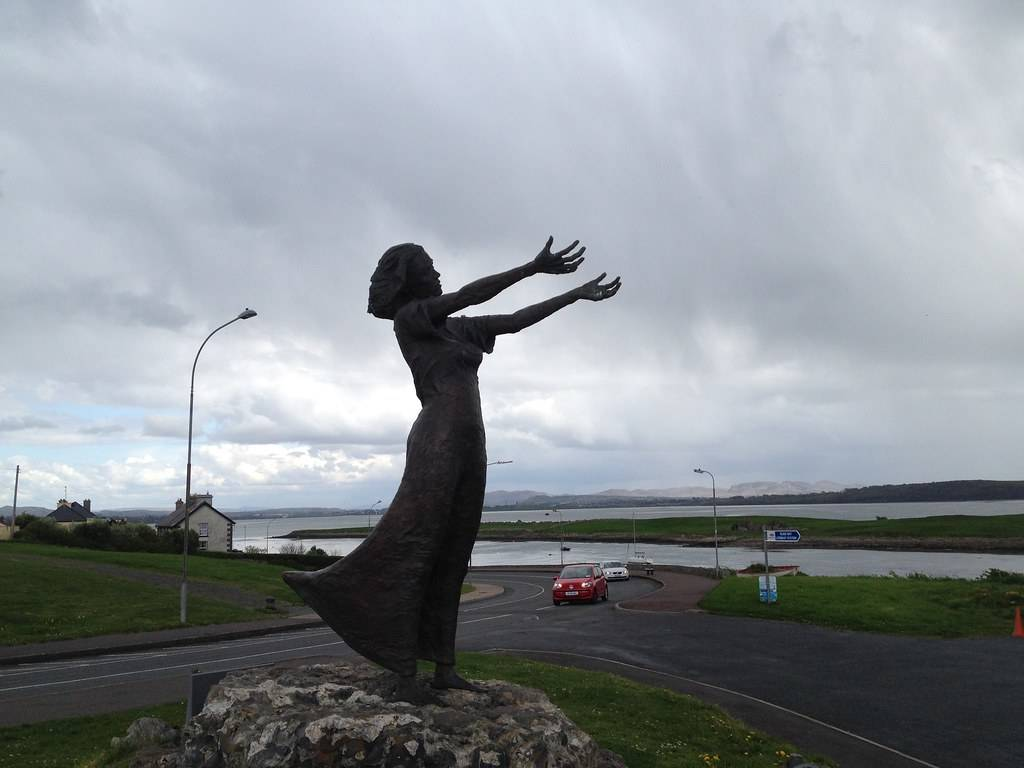 waiting for shore Statua in Irlanda